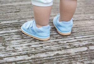chaussures pour les premiers pas du bébé